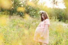 Красивая беременная женщина идет в парк Стоковые Фото