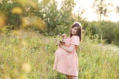 Красивая беременная женщина идет в равенство Стоковое Фото