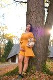 Красивая беременная женщина напольная стоковая фотография rf