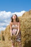 Красивая беременная женщина принимает потеху около стога сена Стоковые Изображения