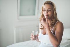 Красивая беременная женщина принимая таблетки для тошноты стоковые изображения rf