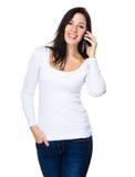 Красивая беседа женщины к мобильному телефону Стоковые Фото