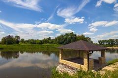 Красивая беседка на день озера солнечный Стоковое фото RF