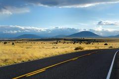 Красивая бесконечная волнистая дорога в пустыне Аризоны Стоковая Фотография RF