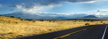 Красивая бесконечная волнистая дорога в пустыне Аризоны Стоковые Фотографии RF