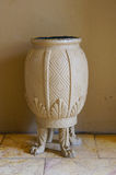 Красивая белая ваза с 4 ногами, Южная Африка стоковые изображения rf