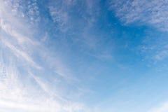 Красивая белизна голубого неба заволакивает предпосылка Стоковая Фотография RF
