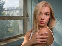 Красивая белокурая девушка выражает различные эмоции Стоковое Фото