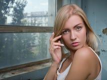 Красивая белокурая девушка выражает различные эмоции Стоковая Фотография RF