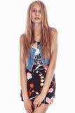 Красивая белокурая девушка в платье изолированном на белизне стоковая фотография rf