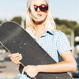Красивая белокурая девушка в солнечных очках шляпы и леопарда beanie с Стоковое фото RF