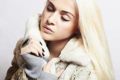 Красивая белокурая девушка женщины в моде меха Coat.winter норки Стоковая Фотография