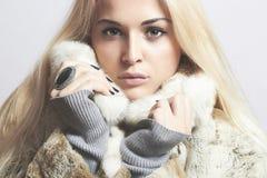 Красивая белокурая девушка женщины в моде меха Coat.winter норки Стоковое Изображение