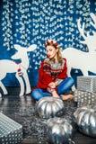 Красивая белокурая девушка среди подарков Стоковые Фото