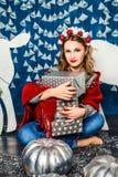Красивая белокурая девушка среди подарков Стоковые Изображения