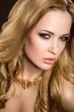 Красивая белокурая девушка с совершенной кожей Стоковые Фотографии RF