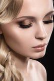 Красивая белокурая девушка с совершенной кожей Стоковое фото RF