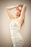 Красивая белокурая девушка с стеклами сердца мечтает ее влюбленность Стоковые Фотографии RF