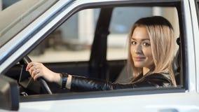Красивая белокурая девушка управляя автомобилем акции видеоматериалы