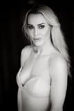 Красивая белокурая женщина в белой мантии Стоковое фото RF