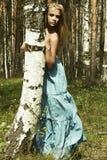 Красивая белокурая женщина в лесе лета Стоковая Фотография RF