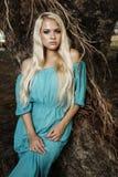 Красивая белокурая женщина в лесе Стоковые Изображения