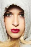 Красивая белокурая женщина в клобуке. красные губы Стоковое Изображение RF