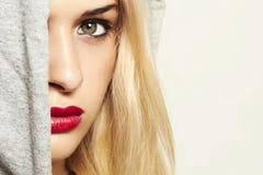 Красивая белокурая женщина в клобуке. красные губы Стоковое Фото