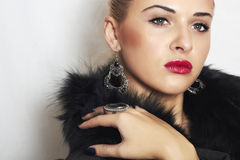 Красивая белокурая женщина в мехе. Губы ювелирных изделий и Beauty.red Стоковые Изображения RF