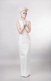 Красивая белокурая женщина в платье с творческими волосами Стоковая Фотография RF