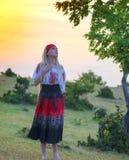 Красивая белокурая женщина в старомодном платье Стоковая Фотография