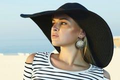 Красивая белокурая женщина в шляпе. Santorini Стоковое Изображение