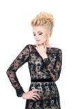 Красивая белокурая женщина в элегантном черном платье вечера с стилем причёсок updo Она глаза состав закрытого показа яркий Стоковое Фото