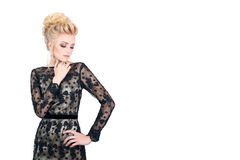 Красивая белокурая женщина в элегантном черном платье вечера с стилем причёсок updo Она глаза состав закрытого показа яркий Стоковые Изображения RF