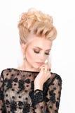 Красивая белокурая женщина в элегантном черном платье вечера с стилем причёсок updo Она глаза состав закрытого показа яркий Стоковое Изображение