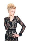 Красивая белокурая женщина в элегантном черном платье вечера с стилем причёсок updo Она глаза состав закрытого показа яркий Стоковое Изображение RF
