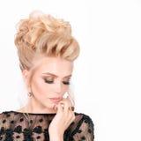 Красивая белокурая женщина в элегантном черном платье вечера с стилем причёсок updo Она глаза состав закрытого показа яркий Стоковая Фотография