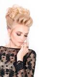 Красивая белокурая женщина в элегантном черном платье вечера с стилем причёсок updo Она глаза состав закрытого показа яркий Стоковые Фотографии RF