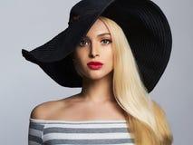 Красивая белокурая женщина в Hat девушка красоты моды лета Стоковая Фотография RF