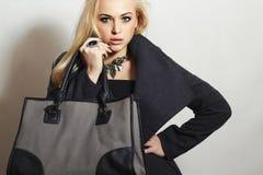 Красивая белокурая женщина в Topcoat.Girl с сумкой Стоковое фото RF