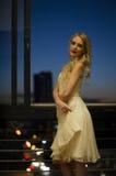 Красивая белокурая женщина на городском балконе Стоковые Изображения