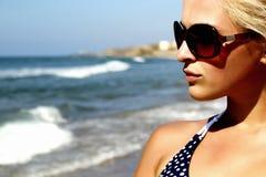 Красивая белокурая женщина на пляже Стоковые Изображения RF