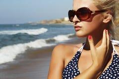 Красивая белокурая женщина на пляже Стоковые Фотографии RF