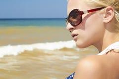 Красивая белокурая женщина на пляже Стоковые Фото