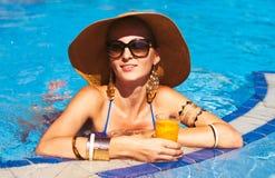 Красивая белокурая женщина нося шляпу и солнечные очки, наслаждаясь th Стоковое Фото