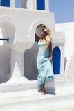 Красивая белокурая женщина около голубой и белый bilding Стоковое Изображение RF