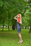 Красивая белокурая женщина ослабляя в саде стоковое фото rf