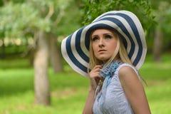 Красивая белокурая женщина ослабляя в саде стоковые фотографии rf