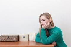 Красивая белокурая женщина стоя около комода ящиков Стоковые Фото