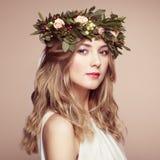 Красивая белокурая женщина с венком цветка на ее голове Стоковая Фотография